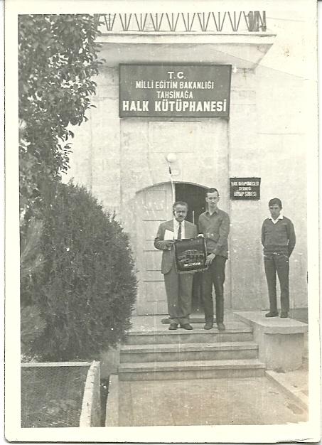 Mustafa Güzolgöz (links) en Hans Krol voor het gebouw van de openbare bibliotheek in Ürgüp