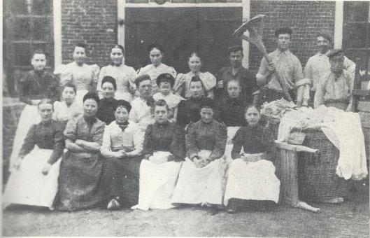 Staatsiefoto van het personeel van wasserij Beelen uit circa 1895