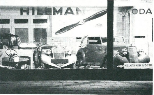Foto uit 1936 van de een jaar daarvoor aan de Zandvoortselaan 4 gestarte garage als vertegenwoordiger van Humber/Hillman en Skoda met de laatste modellen. Het bord van de eerste Monte Carlo Rally in een Gatso is in de etalage uitgestald.