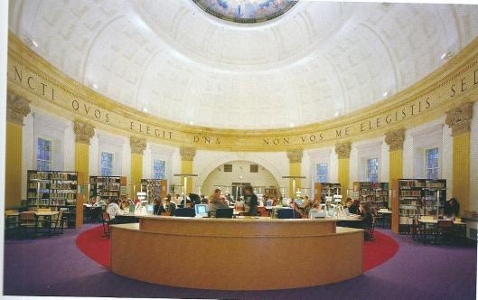 Na een grote verbouwing in 2004 is op de begane grond van de koepel (vm. kapel) de aula en boven de bibliotheek ingericht. Op deze foto de nieuwe mediatheek.