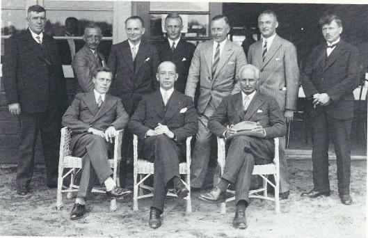 Het bestuur van de gemeentelijke sportparken Heemstede na de opening in 1932. Zittend v.l.n.r. gemeenteambtenaar port C.A.Schipper, burgemeester J.P.W.van Doorn en bestuurder-wethouder hhr. A.van de Poll. Staand: J.Th.Neeskens, A.van Lennep, A.J.J.Verspoor, D.Beets, W.A.de Tello, A.van Wingerde en J.Luiten.