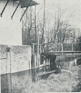 Restant van het muurwerk bij het molentje op een foto uit 1913 van Immink