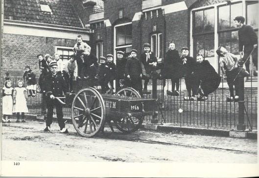 Een foto van de Voorwegschool uit 1905 met een kar van vervoersmaatschappij N.Z.H.T.M.