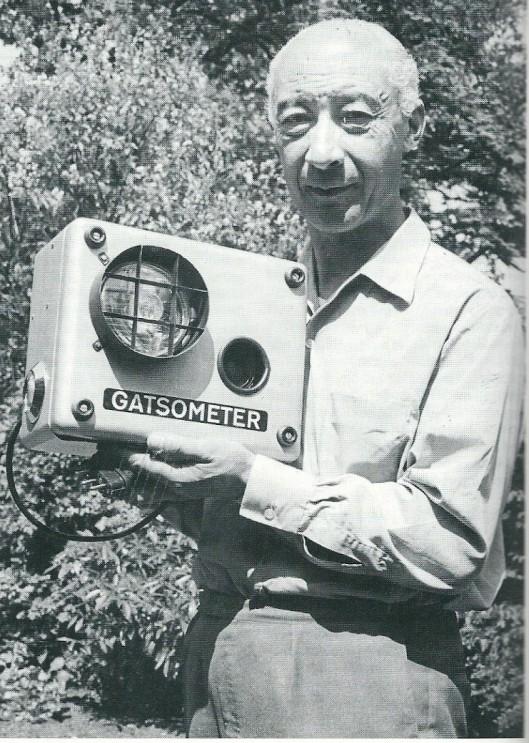 Maus Gatsonides toont in 1968 triot zijn uitvinding van de 'red light camera' algemeen bekend geworden als gatsometer