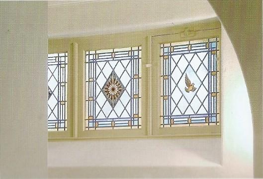 Het gerenoveerde glas-in-lood in de ramen van de sacristie, tegenwoordig onderdeel van de foyer van de aula van Hageveld (foto College Hageveld, 2005)