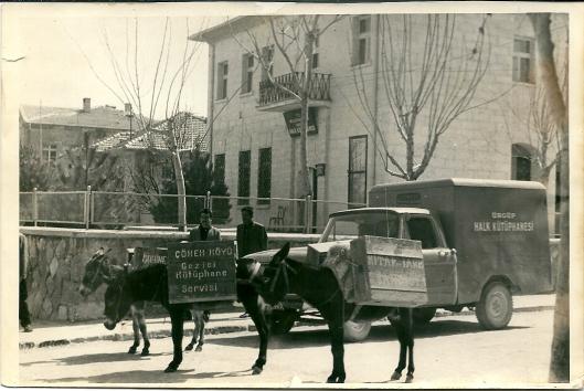 Hoofdgebouw bibliotheek, 'bilio-vrachtauto en drie ezels met boekenkisten in Ürgüp (1968)