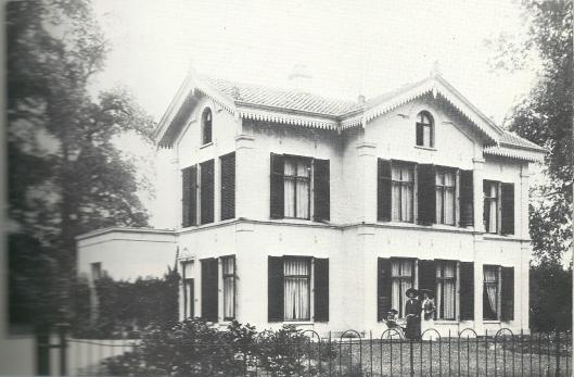 Ter hoogte van de winkelgalerij stond de in 1873 gebouwde villa 't Nieuw Cooster van de familie Dòlleman - Quarles van Ufford