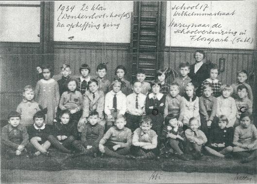 1934: tweede klas van school 17, Wilhelminastraat 17. Middelste rij helemaal rechts de jonge Haary Mulisch. Na opheffing van de school ging hij naar de schoolvereniging in het Florapark (5e klas).