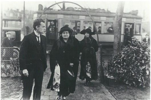 Dr. Maria Montessori uit Italië overgekomen op 25 januari 1924 om de nieuwe Montessorischool te openen aan de Middenweg, in dat jaar nog Heemstede tot de annexatie van 1927. De school is ontworpen door architect A.M.J.Sevenhuysen. Het nieuwe hoofd van de school A.Jager uit de Landzichtlaan was één van de sprekers bij de opening evenals voorzitter mr. M.W.Scheltema en wethouder dr. E.A.M.Droog van Heemstede