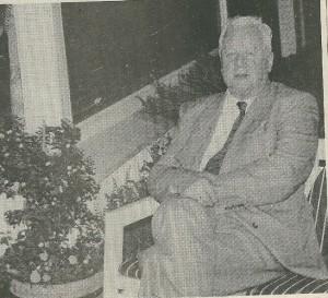 De heer Ernst van Eeghen in de tuin van zijn huis op Berkenrode (foto Har Wolthuis)