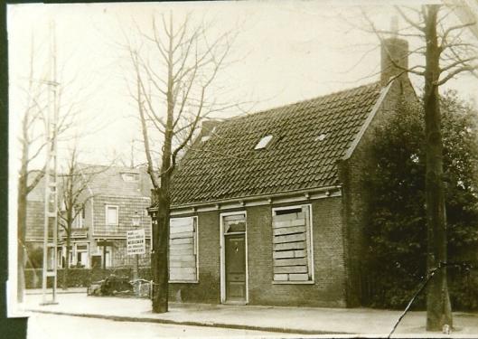 Het huisje van Stijnman aan de Binnenweg, intussen onbewoonbaar verklaard, kort voor de afbraak. De huizen daarachter staan er nu nog. De tram reed vlak langs de stoep. Met ziet hier nog de paal van de elektrische leiding.