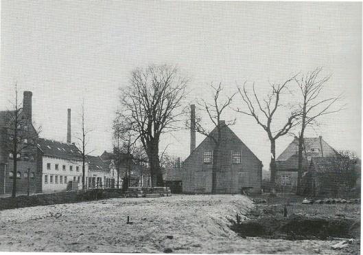 Blekerijen aan de Blekersvaartweg en de boerderij van Arie van Beusekom omstreeks 1930 bij de aanleg van de Esddornkade