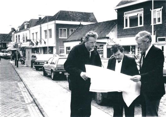 In 1988 is de Raadhuisstraat gereconstrueerd tot tevredenheid van winkeliers, bewoners en verantwoordelijke medewerkers van de gemeente Heemstede. V.l.n.r. op het Pleintje :ing. M.J.Hin, W.Schilpzand en ing. E.J.Leutscher, resp. medewerkers en chef van de afdeling weg- en waterbouw. Laatstgenoemde later directeur van het Gemeentelijk Technisch Bedrijf.