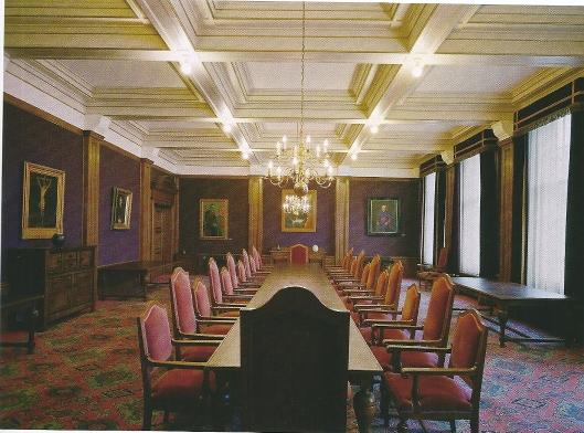 De vroegere bestuurskamer, genaamd 'Paarse zaal' van Hageveld. Aan de wanden hingen de portretten van bisschoppen en regenten.