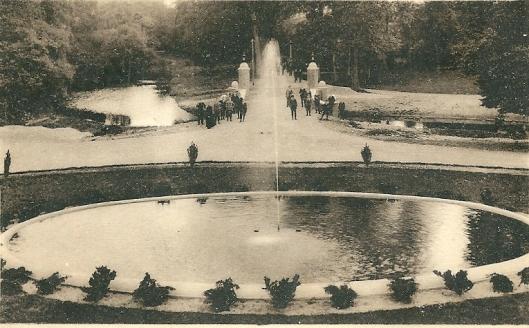 Vijver met fontein en (oude) brug aan de voorzijde van hageveld Heemstede