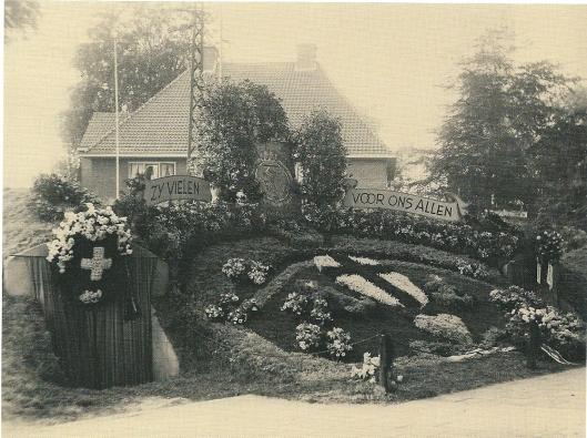 Nog een foto van het geïmproviseerde monument aan de Haarlemse Dreef in 1945: 'Zij zielen voor ons allen'.
