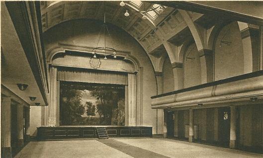 De aula/toneelzaal van seminarie Hageveld