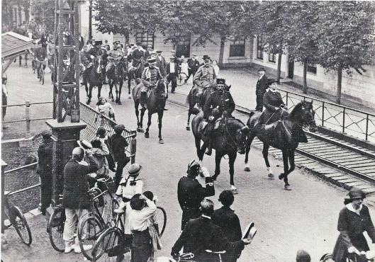 Koningin Wilhelmina 16 augustus 1916 in mobilisatietijd op weg naar Bennebroek passeert hier de IJzeren Brug aan het hoofd van het tweede regiment veldartillerie