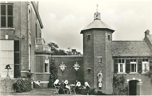 'Recreatie' nabij Moederhuis en kapel van de Zusters Augstinessen op Mariënheuvel Heemstede op een 15 augustus 1960 door de zusters Domenica en Laetitia naar het St. Catharinaklooster te Rotterdam verzonder ansichtkaart