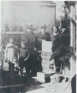 Eerste steenlegging van café annex slijterij aan de Valkenburgerlaan, maar genummer Camplaan 51, op 23 maart 1923, door de familie C.B.van den Heuvel en kleinkinderen.