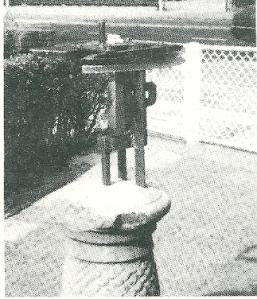 Sokkel van voormalige zonnewijzer bij huize Elba aan de Herenweg