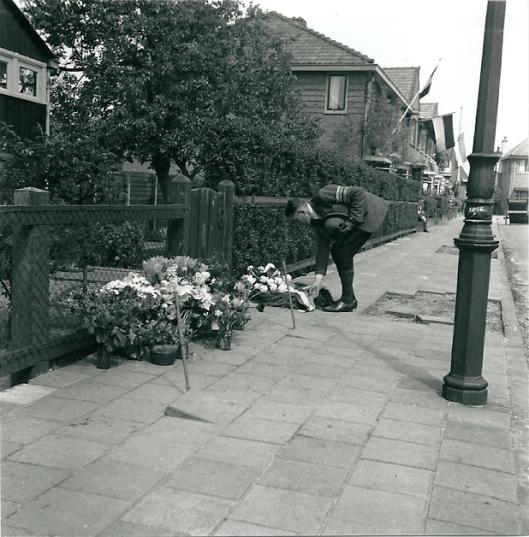 Sinds 1945 zijn op 4 mei- herdenkingen bloemen gelegd op de plaats waar Vaumont is doodgeschoten. Hier legt een lid van de Binnenlandse Strijdkrachten bloemen ter plaatse waar later aan de gevel van een huis een plaquette is aangebracht.