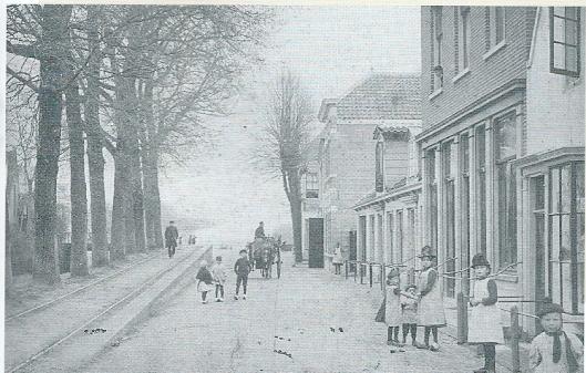 De Bennebroekerlaan omstreeks 1898 richting Haarlemmermeer met links de rails van de stoomtram