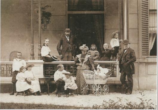 Twee generaties Van Lennep op de veranda van het grote huis Leyduin. Staand midden Gerard Louis van Lennep, voor hem Anna Sophia van Lennpe-Lreye bij de kinderwagen. Rechts leunend tegen de zuil Henrick Samuel van Lennep, zittend links van hem zijn echtgenote Anna Cecilia van Lennep-van Eeghen. Om hen heen de 9 kinderen van het echtpaar Van Lennep-Kreye. Foto uit 1895