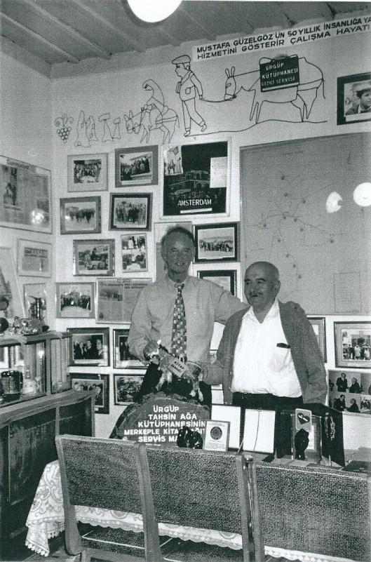 Hans Krol (links) en Musatfa Güzelgöz in de museumkamer van de Turkse bibliotheek in 2001