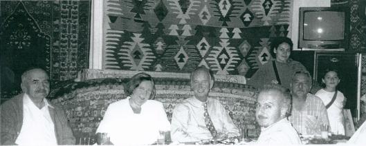 In 2001 terug in Ürgüp. Links Mustafa Güzelgöz. Naast hem Yvonne Krol en Hans Krol en andere familieleden van de Turkse bibliothecaris