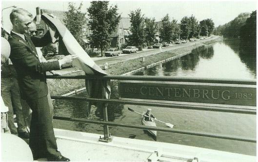 De vernieuwde Cebtenbrug heropend door burgemeester H. de Widt van Bennebroek in 1982. (foto N,H,Archief)