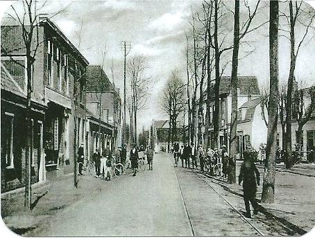 Raadhuisstraat nabij 't Pleintje richting IJzeren brug, circa 1925