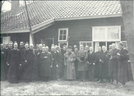19 mei 1922: eerste steenlegging van seminarie Hageveld. Pastoor IJzermans staat hier vijfde van links en zijn latere opvolger Van der Tuyn vierde van links.