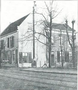 Foto uit omstreeks 1920, Bronsteeweg 2:kruidenier en fouragehandelaar Jan van der Weiden. Links de winkel (niet zichtbaar), rechts het woongedeelte. Het achrterhuis is in 1875 angebouwd blijkens de eerste steen die toen door de 9-jarige Joh.H.H.M.Peeperkorn Fz is gelegd. later pand van rijwielhandel J.Serné, vervolgens van Perez Perzische tapijten