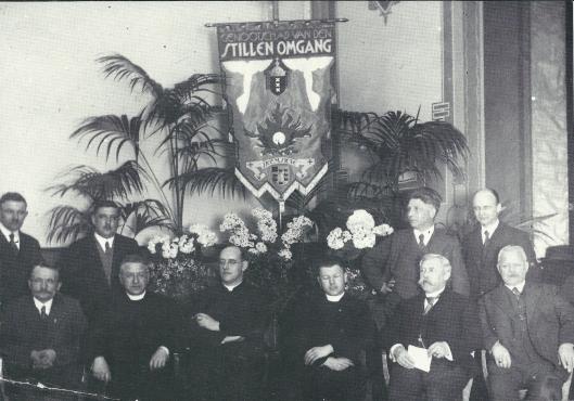 Bestuur van de afdeling Heemstede van het 'Genootschap van de Stille Omgang' in 1932. Eerste rij zittend v.l.n.r: W.Groenland, kapelaan J.M.Brinkman, pastoor J. van der Tuijn, kapelaan J.J.Tesselaar, H.Krieger en L.van der Vosse. Staande: Q.van der Peijl, J.Steinhof, de kunstenaar Jan Wiegman (die het vaandel ontwiep) en P.de Wildt.