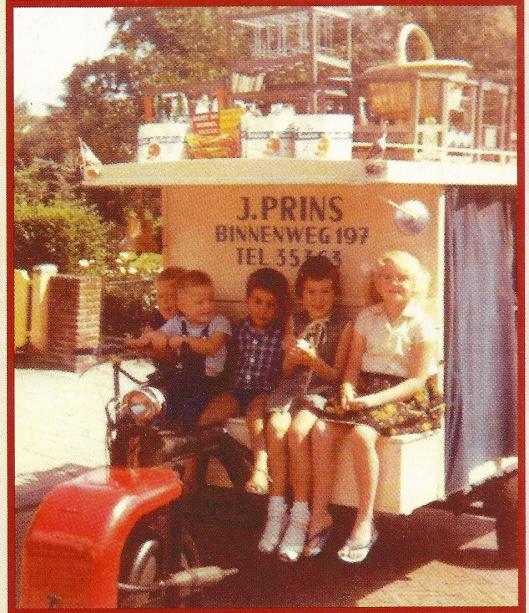 Kinderen uit de buurt poseren op de melkkar van melkboer J.Prins. Een artikel over deze melkhandel verscheen in HeerlijkHeden, nummer 139, januari 2009.