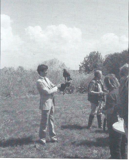 Wethouder drs. Pieter van de Stadt ontving bij de officiële opening van Park Meermond Heemstede op 25 juni 2010 de sleutel van het baggerdepot van buizerd Sultan.