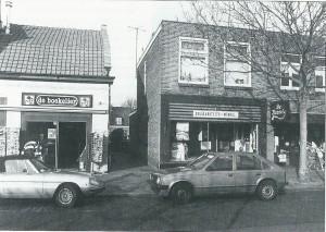Een deel an de Binnenweg in 1984 met links de Boekelier en rechts de Solidariteitswinkel en daarnaast de Kazerie. Hier ligt thans Binnendoor, een doorgang die de winkelstraat verbindt met de Blekersvaartweg