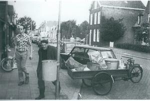In de naoorlogse periode reeds schillenboer Bertus de Graaf met zijn bakfiets altijd opgewekt en zingend door Heemstede. Hier op de Binnenweg is hij op zoek naar buitbaar afval