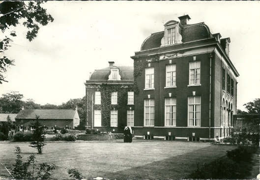 Ansichtkaart uit circa 1950 met Moederhuis Zrs. Augustinessen 'Mariënheuvel', Glipperdreef 199. Front- en zijaanzicht