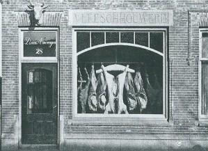 Vleeschouwerij D. van Amerongen, Raadhuisstraat 28, met aan de voorgevel een stierenkop. In dit pand kwam later café 't Okshoofd en tegenwoordig is het als Italiaans restaurant en delicatessenzaak in gebruik