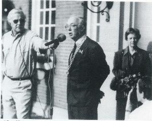 Burgemeester mr. O.R.van den Bosch spreekt voor de laatste keer voor zijn pensionering in 1993 op Koninginnedag de bevolking toe. Rechts zijn echtgenote en links Simon Paagman, oprichter van radio de Branding