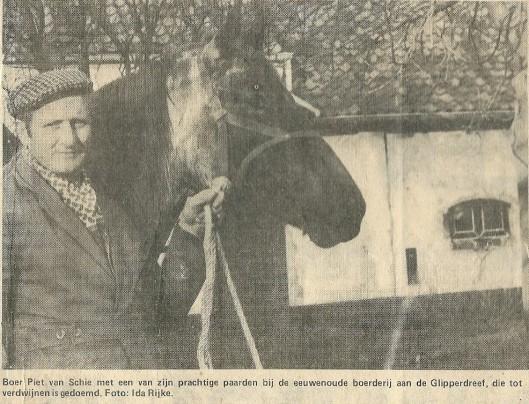 Piet van Schie voor zijn boerderij op illustratie uit de Koerier van 22-1-1975