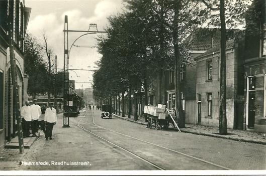In de Raadghuisstraat voor de IJzeren brug was op nummer 98 bakker Van Onselen gevestigd (later sigarenzaak Koning)