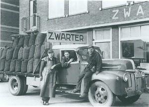 Zwarter is de oudste nog bestaande winkel in Heemstede. Hier kolenboer Jan Zwarter met twee knechten op een Bedford volgeladen met zakken kolen. Naast zijn pand aan de Raadhuisstraat was op nummer de delicatessenzaak Zwarter gevestigd.