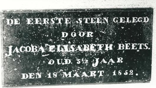 De eerste steen van de protestantse school in Heemstede, gelegd door dochtertje van Nicolaas Beets in 1852, wordt nu bewaard in de Nic. Beetsschool Heemstede