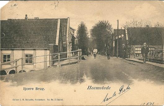 In 1887 is de stenen boogbrug over de (Heeren)zandvaart vervangen door een 'ijzeren' brug. Aan de overzijde (rechts) was jarenlang het bodehuis van veerschipper Hujg