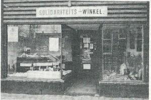 Solidariteiswinkel in pand Binnenweg 177, in 1978, al een jaar later verhuisd naar het adres Raadhuisstraat 29, tegenwoordig Wereldwinkel genoemd.