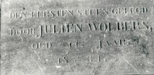 De verdwenen gedenksteen uit 1834 met naam van Julien Wolbers