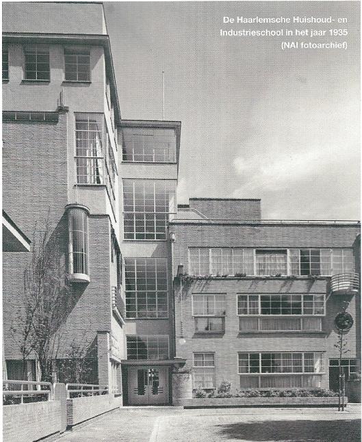 Rijksmonument De Greiner. De Haarlemsche Huishoud- en Industrieschool (HHIS) in het jaar 1935, een uitbreiding van de oudbouw ontworpen door Van Hamersveld en Roog (1902), Schneevoogtstraat, Haarlem
